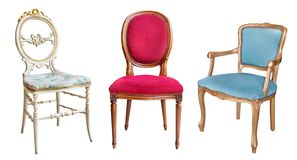 3 шикарных винтажных стуль изолированного на белой предпосылке Стулья с голубым, красным и белым драпированием стоковая фотография rf