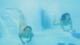 2 шикарных девушки в белом пикировании бикини подводном и заплыве жизнерадостно видеоматериал