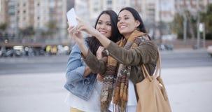 2 шикарных женщины представляя для selfie Стоковое Изображение