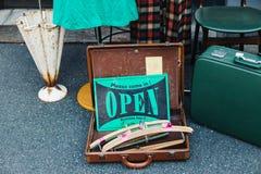 Шильдик магазина одежды открытый на улице Nakazaki-cho в Осака, Японии стоковое фото