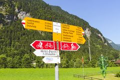 Шильдик на Wengen показывая путешествующ время к другим швейцарским высокогорным деревням стоковое изображение