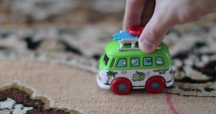 Шина игрушки ` s детей едет ковер дома акции видеоматериалы
