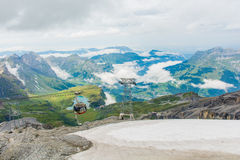 Шина кабеля 360 градусов вращаясь на держателе Titlis Энгельберге Швейцарии стоковое изображение