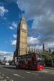 Шина Лондона проходя парламента Стоковое фото RF