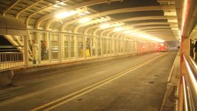 Шина метро Лахора покидая платформа пассажира видеоматериал