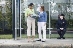 шина наблюдающ стопом женщина-полицейския урбанским Стоковое Изображение