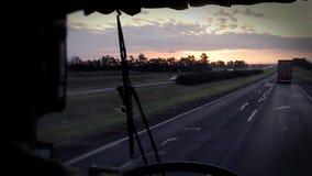 Шина на сельской местности захода солнца сток-видео