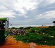 Шина остановленная около океана Стоковое фото RF
