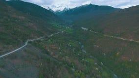 Шина при туристы путешествуя на извилистой дороге горы сток-видео