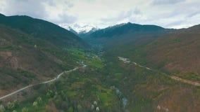 Шина при туристы путешествуя на извилистой дороге горы видеоматериал