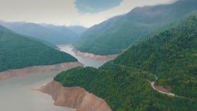 Шина путешествуя на дороге горы, горе, воздушном фотографировании, снимая от вертолета акции видеоматериалы