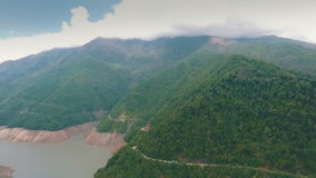 Шина путешествуя на дороге горы, горе, воздушном фотографировании, снимая от вертолета сток-видео