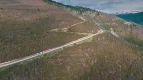 Шина путешествуя на дороге горы, съемка от воздуха сток-видео