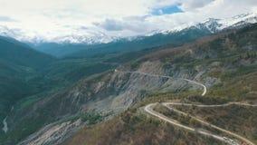 Шина путешествуя на дороге горы, съемка от воздуха видеоматериал