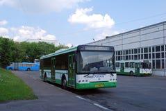 Шина СЬЮ Mosgortrans LiAZ-52922 стоит в территории парка автобусов стоковые фото