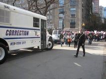 Шина, Управление исправительных учреждений, сдерживание толпы, Central Park, NYC, NY, США стоковое фото rf
