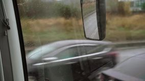 Шина управляя на дождливом дне видеоматериал