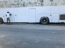 Шина человека крася белая Стоковая Фотография
