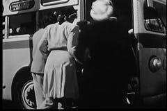 Шина людей всходя на борт акции видеоматериалы