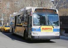Шина MTA Нью-Йорка в Манхаттане стоковые фотографии rf