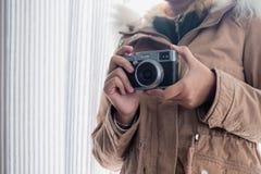 Шинель носки маленькой девочки с камерой удерживания ретро стоковое фото