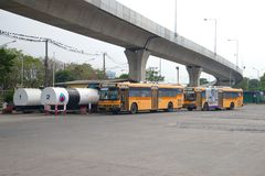 Шины города на станции на заполнять с топливным горючим, Бангкоком Стоковая Фотография RF