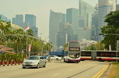 Шины и автомобили на Сингапуре CBD Стоковая Фотография