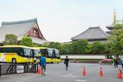 Шины паркуют в стояночной площадке святыни Sensoji стоковое изображение