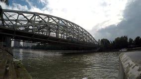 Шины пересекая на длинный мост утюга пяди видеоматериал