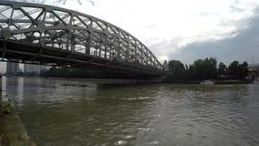 Шины пересекая на длинный мост утюга пяди акции видеоматериалы