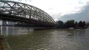 Шины пересекая на длинный мост утюга пяди сток-видео