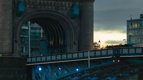 Шины проходя мимо на мост башни акции видеоматериалы