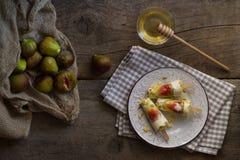Шипучки мороженого сделанные с свежими смоквами на деревенском деревянном столе Su стоковые изображения rf