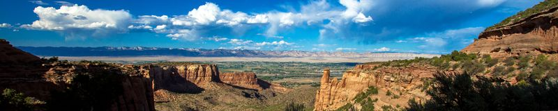 шириной с Ультра панорамный вид выглядя восточный к Grand Junction от национального монумента Колорадо стоковое изображение rf