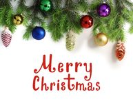 Широкая граница рождества, изолированная на белизне, состоя из свежих ветвей ели конусов ели и шариков рождества литерность стоковая фотография