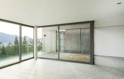 Широкая квартира, комната с окнами Стоковое Изображение