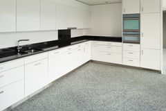 Широкая квартира, современная кухня Стоковая Фотография