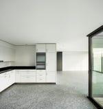 Широкая квартира, современная кухня Стоковые Фото