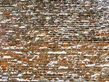 Широкая красная кирпичная стена покрытая с снежинками Стоковые Изображения RF