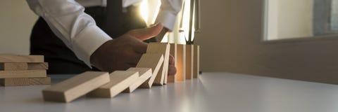 Широкая панорама бизнесмена останавливая эффект домино Стоковые Фото