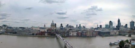 Широкая панорама города Лондона вдоль thames показывая финансовые небоскребы района и исторические здания стоковое фото rf
