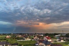 Широкая панорама лета нового тихого жилого пригородного района Земельные участки и новые современные дома среди зеленых деревьев  стоковые фото
