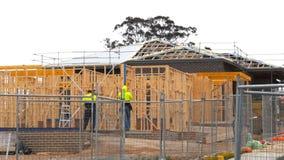 Широкая съемка плотников на работе на новом доме акции видеоматериалы