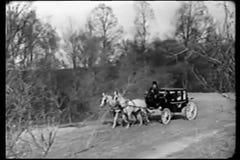 Широкая съемка экипажа нарисованного лошадью путешествуя через сельскую местность акции видеоматериалы