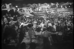 Широкая съемка людей танцуя на положении справедливо сток-видео