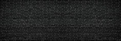 Широкая черная кирпичная стена - просторная темная старая предпосылка masonry Стоковые Изображения RF