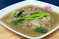 Широкие лапши в сметанообразном соусе подливки: китайская и тайская еда стиля Стоковая Фотография RF