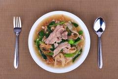 Широкие лапши в сметанообразном соусе подливки: китайская и тайская еда стиля в тайском языке звонок Na Rad Стоковая Фотография RF