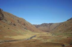 Широкие долина и поток в районе озера стоковые фото