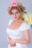 Широкие стробы цветков, с изображением флористического стиля причёсок античным Стоковое Фото